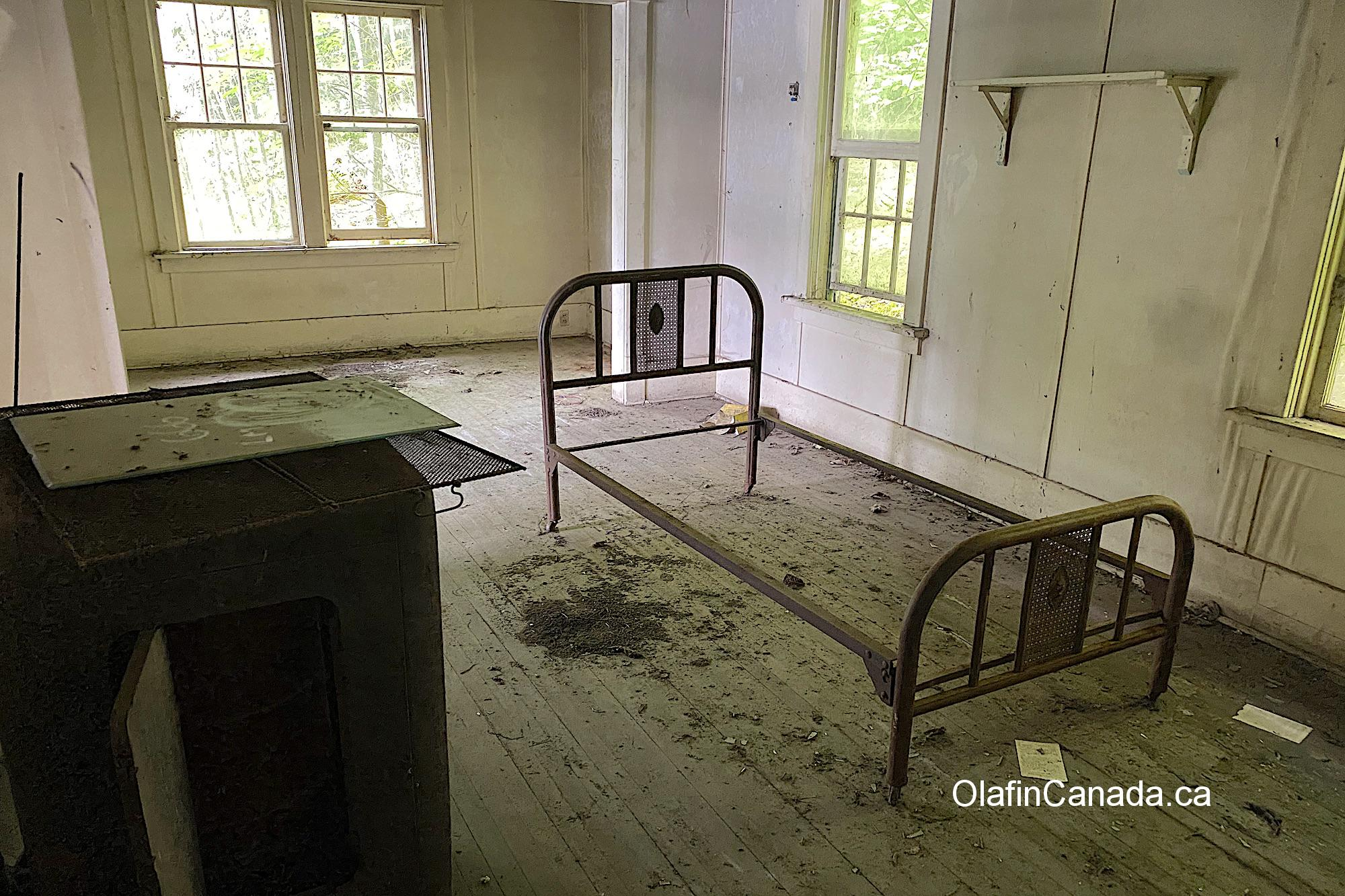 Bed frame in the abandoned mansion in Alice Arm #olafincanada #britishcolumbia #discoverbc #abandonedbc #alicearm #mansion