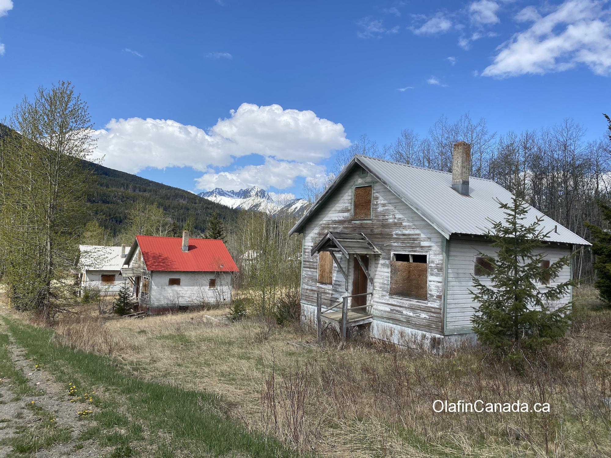 Deserted houses on Cadwallader Creek Road in Bradian #olafincanada #britishcolumbia #discoverbc #abandonedbc #bradian