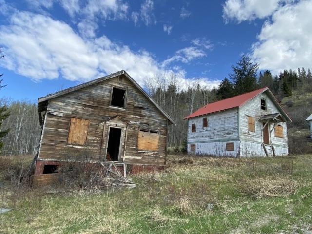 Abandoned homes on Pineridge Drive in Bradian #olafincanada #britishcolumbia #discoverbc #abandonedbc #bradian