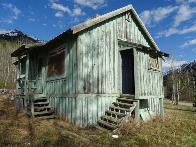 Deserted house on Cadwallader Creek Road in Bradian. #olafincanada #britishcolumbia #discoverbc #abandonedbc #bradian