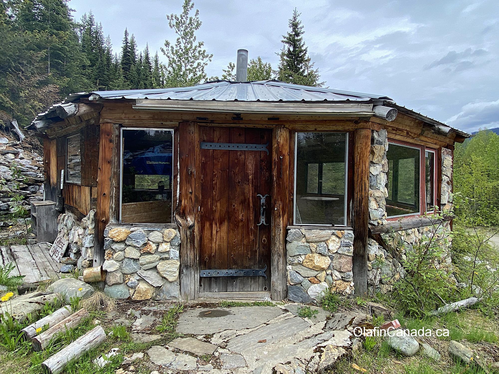 Abandoned cabin at Comet Creek Resort in the Cariboo between Likely and Barkerville #olafincanada #britishcolumbia #discoverbc #abandonedbc #cariboo #cometcreekresort