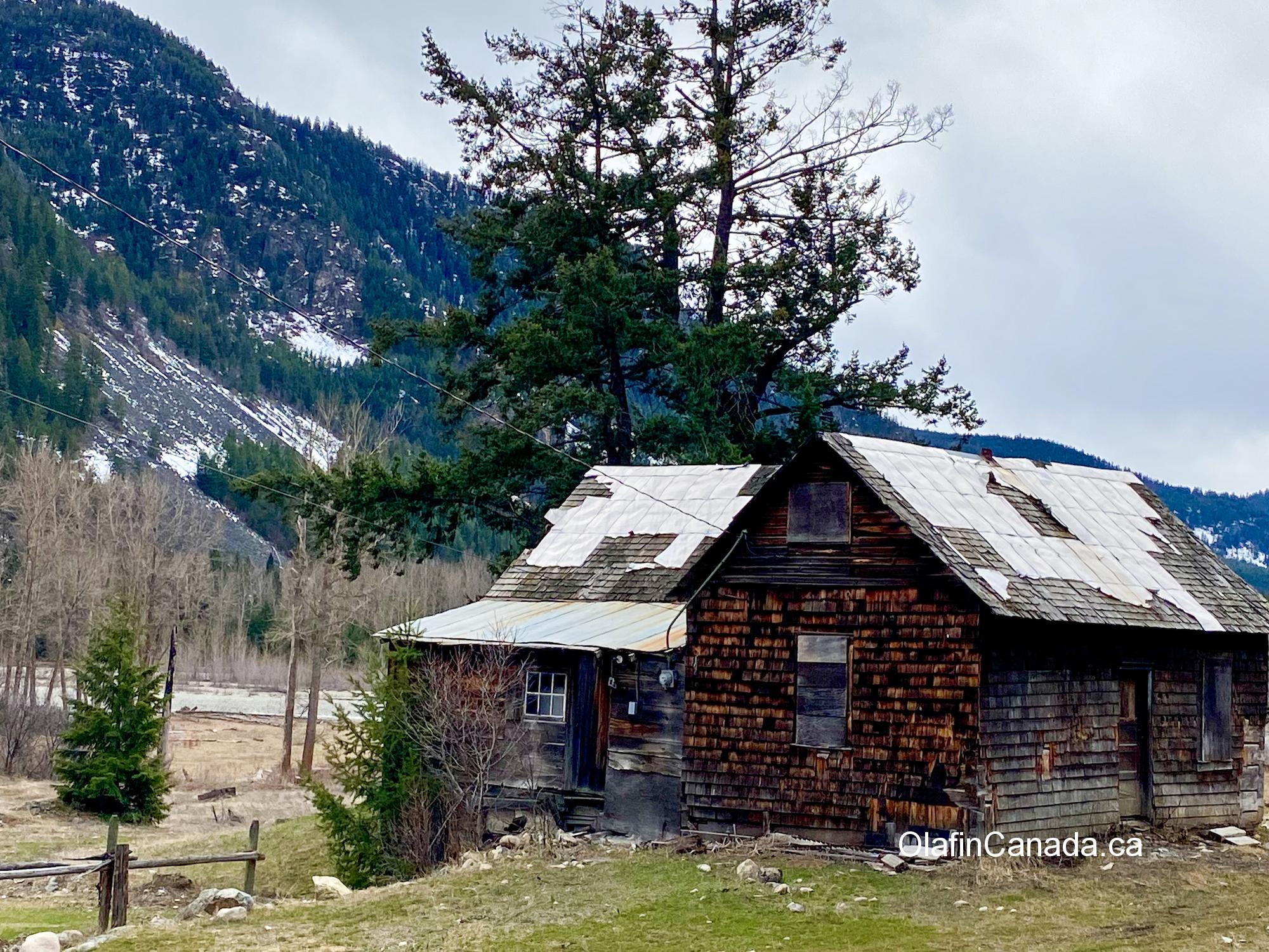 Old abandoned house on the Crowsnest Hwy to Hedley #olafincanada #britishcolumbia #discoverbc #abandonedbc #hedley