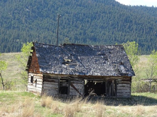 Abandoned farm house southern BC, next to Hwy 3 #olafincanada #britishcolumbia #discoverbc #abandonedbc