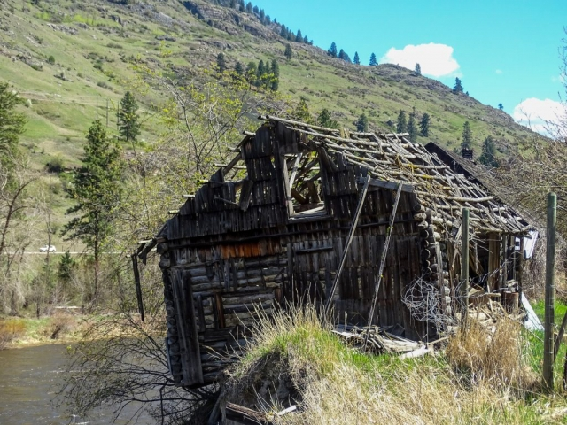 Old shack next to the Kettle River near Gilpin #olafincanada #britishcolumbia #discoverbc #abandonedbc #kettleriver