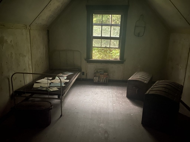 Bedroom of the teacher on the first floor of the school in Alice Arm. #olafincanada #britishcolumbia #discoverbc #abandonedbc #alicearm