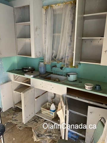 Old deserted kitchen in Bradian house. #olafincanada #britishcolumbia #discoverbc #abandonedbc #bradian