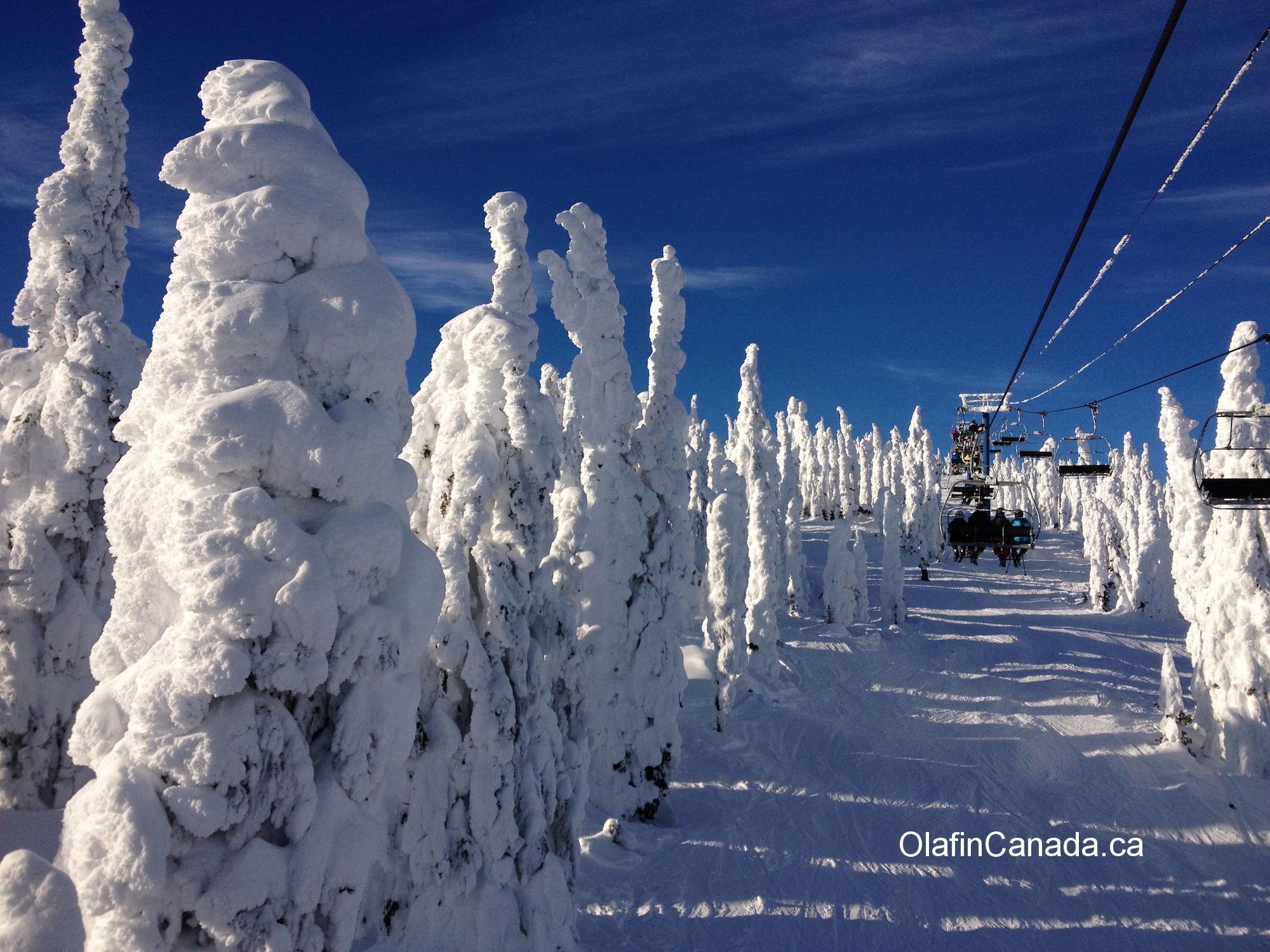Ski lift alongside the snow ghosts at Big White #olafincanada #britishcolumbia #discoverbc #bigwhite #kelowna #sunshine #snowghosts