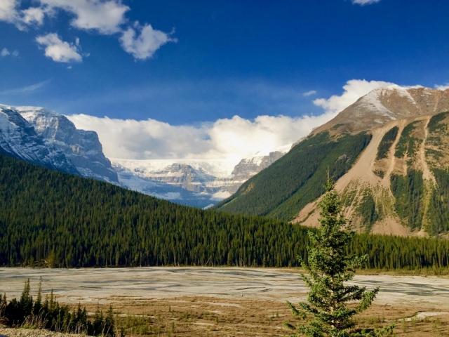 Glacier on mountain alongside the Icefield Parkway in Alberta #olafincanada #alberta #icefieldparkway #rockies #mountain