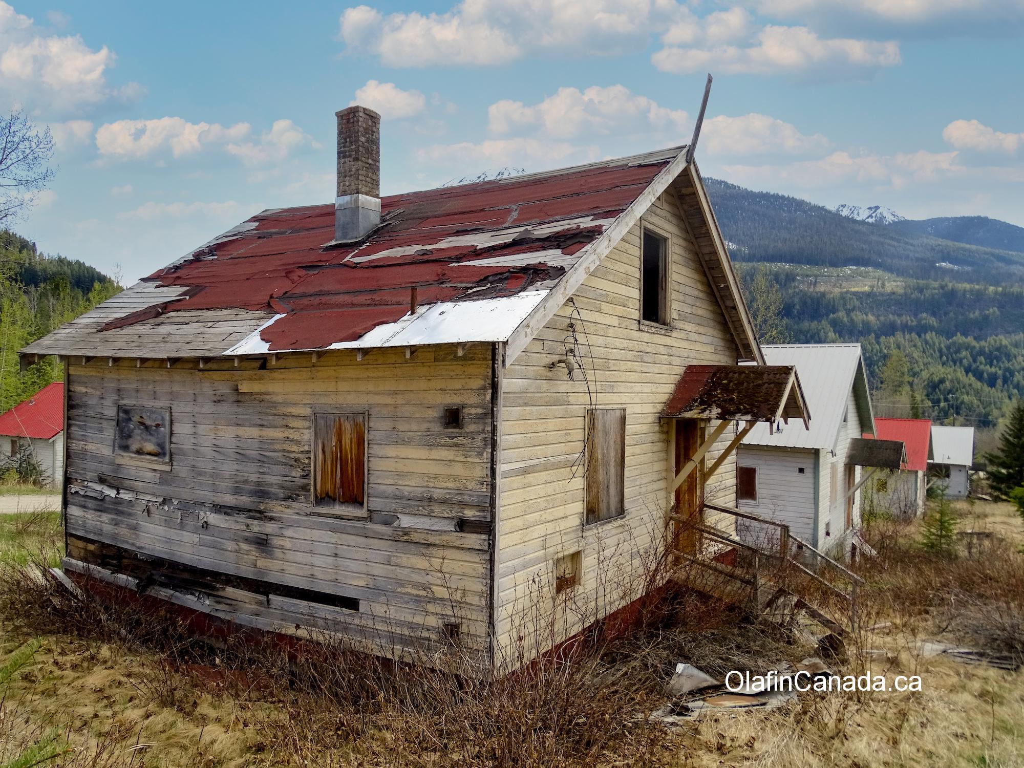 Backyards of deserted houses on Pineridge Drive Bradian, BC. #olafincanada #britishcolumbia #discoverbc #abandonedbc #bradian