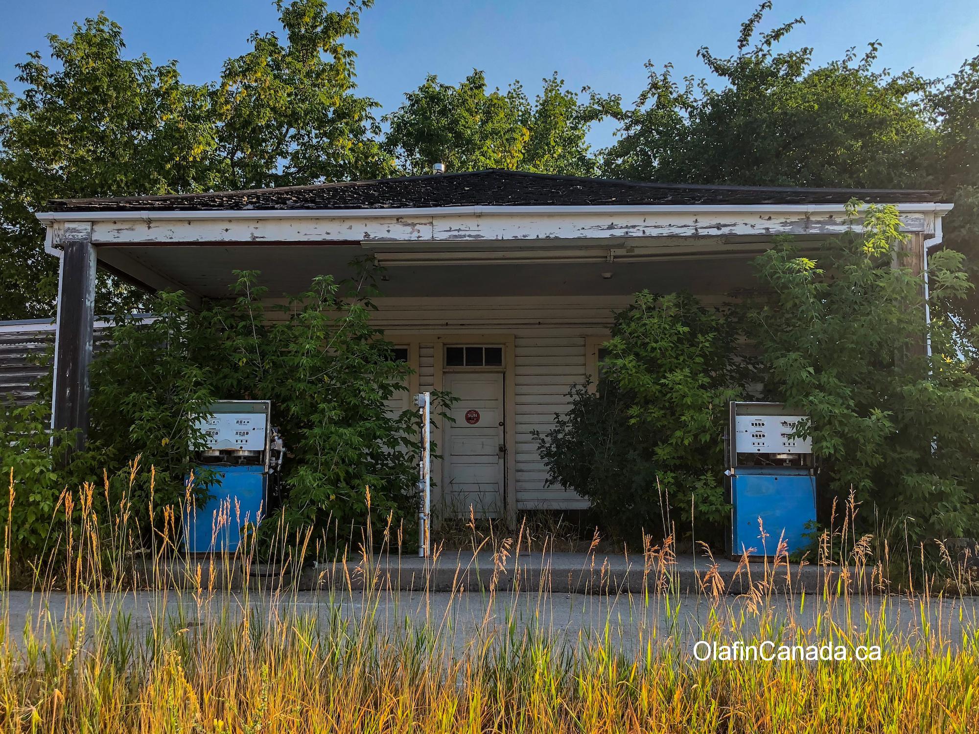Mocassin Flats Gas and Confectionary in Bellevue, Alberta #olafincanada #alberta #abandoned #gasstation