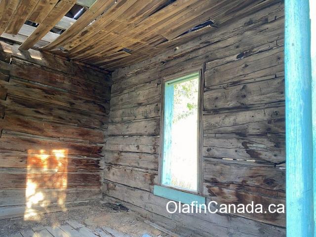 Reflection of the sun in the log home at the Pothole Ranch #olafincanada #britishcolumbia #discoverbc #abandonedbc #chilcotin #farwellcanyon #potholeranch #homestead