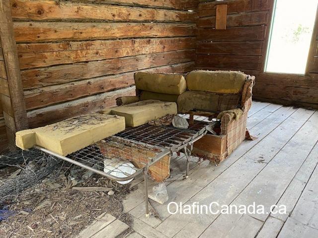 Abandoned sofa bed in the homestead at the Pothole Ranch #olafincanada #britishcolumbia #discoverbc #abandonedbc #chilcotin #farwellcanyon #potholeranch #homestead