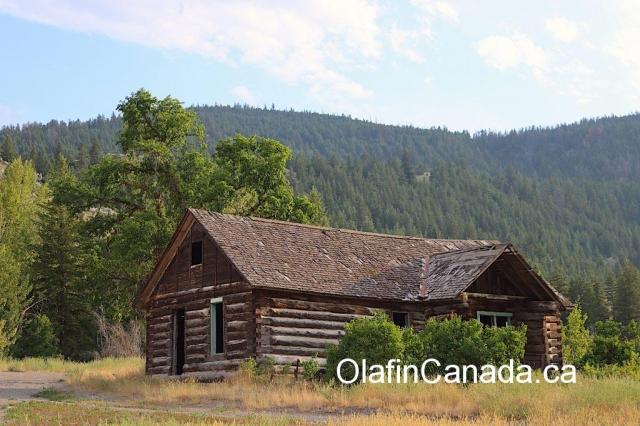 Log home at the Pothole Ranch in the Farwell Canyon #olafincanada #britishcolumbia #discoverbc #abandonedbc #chilcotin #farwellcanyon #potholeranch #homestead